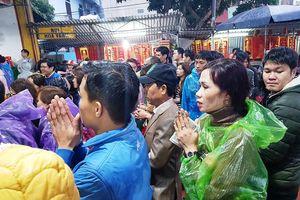 Hàng nghìn người đội mưa đổ về chợ Viềng 'mua may bán rủi'
