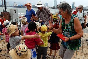 Đà Nẵng: Du khách Tây vui đùa với trẻ mẫu giáo ở đường hoa Tết!