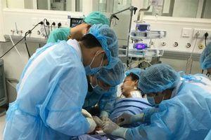 Bác sĩ xuyên Tết giành giật mạng sống cho một thiếu nữ