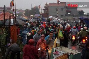 Ngàn người chen chân dưới mưa 'mua may bán rủi' trước giờ khai hội chợ Viềng