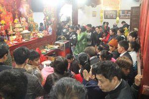 Nửa đêm, dòng người chen nhau dâng lễ chợ Viềng - Phủ Dầy Nam Định