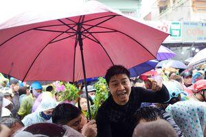 Biển người đội mưa tại phiên chợ 'mua bán may rủi'