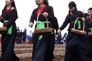 Ngắm thôn nữ xinh đẹp gieo hạt 'ngọc trời' tại lễ hội Tịch điền