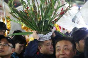 Nửa đêm người dân chen chân dâng lễ cầu may ở chợ Viềng - Phủ Dầy