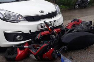 Hai nữ sinh văng xa sau cú đâm mạnh của xe ô tô