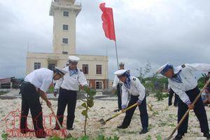Bộ đội Trường Sa ra quân trồng cây đầu xuân