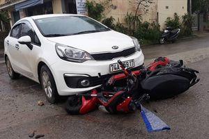 Tai nạn giao thông nóng nhất 24h: Xe đạp điện lọt gầm ôtô 4 chỗ, 2 nữ sinh nguy kịch