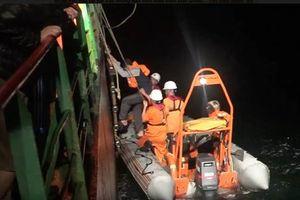 8 thuyền viên tàu hàng may mắn được cứu sống khi trôi dạt trên phao cứu sinh