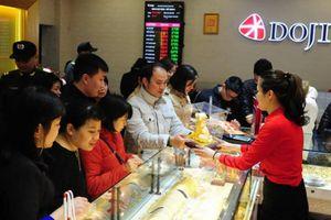 Trước ngày Thần Tài, dù giá vàng tăng cao, dân vẫn nườm nượp đi mua