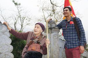 Cụ bà 94 tuổi dành cả 'tuổi thanh xuân' leo non thiêng Yên Tử