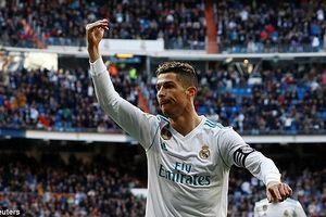 Ronaldo nhường Benzema sút penalty, Real đè bẹp Alaves