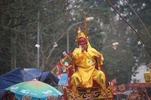 Trai tráng rung, lắc, xoay tròn kiệu rước 'vua sống' ở Hà Nội
