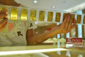Dân mua vàng lỗ nặng vì vàng rớt giá thảm sau ngày Thần Tài