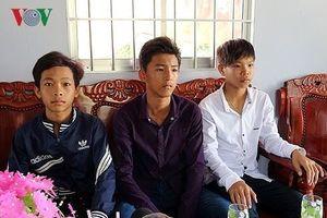 Bộ trưởng tặng bằng khen cho học sinh nhặt được của rơi trả người đánh mất