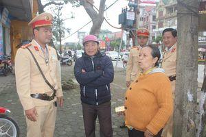 CSGT Hà Tĩnh giúp cụ bà đi lạc về với gia đình