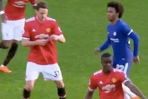 Hài hước hành động Willian bám theo Matic để đọc chỉ thị của Mourinho