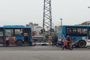 Hà Nội: Va chạm với xe buýt, người đàn ông bất tỉnh