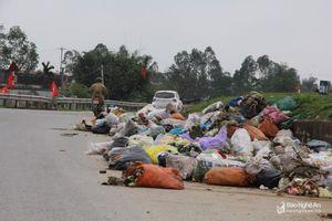 Rác thải ngập tràn đường ven sông Lam