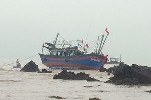 Sau một ngày giải cứu, tàu cá va đá ngầm vẫn trong vùng nguy hiểm
