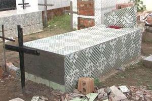 Bị chôn sống 11 ngày, người phụ nữ cào nắp quan tài đòi ra