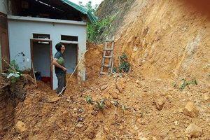 Xây móng nhà, 3 người bị khối đất lớn đè thương vong