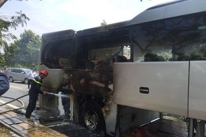 TP.HCM: Đang lưu thông trên đường, xe khách bất ngờ bốc cháy