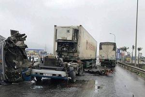 Xe tải đấu đầu container, tài xế và phụ xe bị thương nặng