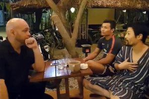 Johnny Trí Nguyễn vui vẻ đàm đạo cùng Flores tại võ đường Liên Phong