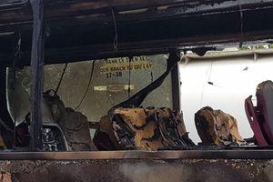 Cháy xe khách trên đại lộ Mai Chí Thọ, hành khách hoảng hốt