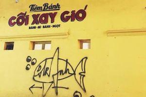 Bức tường vàng Cối xay gió nổi tiếng ở Đà Lạt bị vẽ bậy