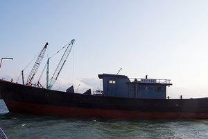 Phát hiện tàu không người có chữ Trung Quốc trôi dạt trên biển
