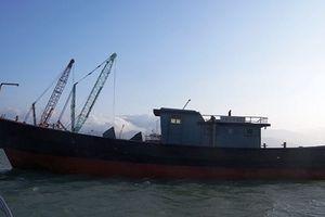 Phát hiện 'tàu ma' trôi dạt vào bờ biển Thuận An