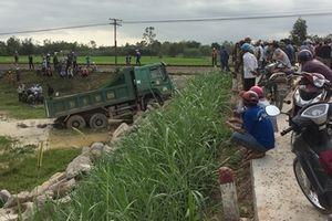 Tàu hỏa húc văng xe tải chở đá, tài xế tử vong