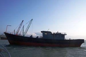 Huế: Ngư dân phát hiện tàu 'ma' dạt vào vùng biển