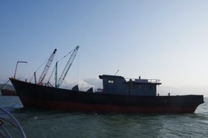 Huế: Ngư dân phát hiện 'tàu ma' mang chữ Trung Quốc trôi dạt trên biển