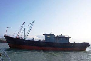 Phát hiện tàu sắt không người, chữ Trung Quốc... trôi dạt trên biển