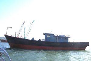 Phát hiện tàu sắt không người lái có chữ Trung Quốc trôi dạt trên biển