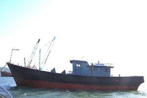 Một tàu có ghi chữ Trung Quốc trôi dạt trên biển
