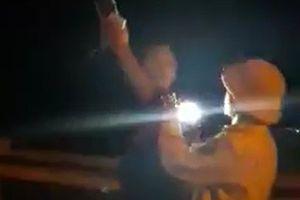 Đình chỉ CSGT rọi đèn pin, 'vung tay' với người quay phim