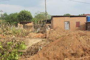 Hiệu trưởng lén lút xây nhà trên đất công vào ban đêm