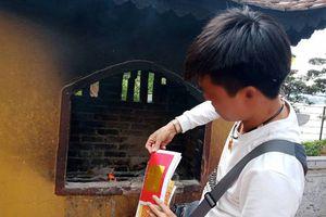 Vẫn 'vô tư' đốt vàng mã ở chùa dù có khuyến cáo không đốt