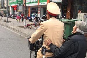 Clip: CSGT đạp xe đèo cụ ông bị lẫn về nhà gây sốt cộng đồng mạng