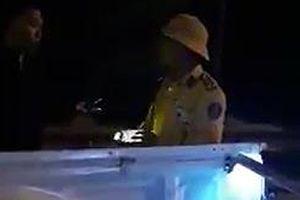 Tạm đình chỉ công tác CSGT vung tay, rọi đèn vào mặt người quay phim