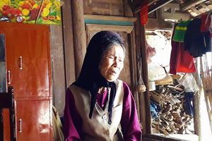 Nước mắt xót xa của cụ bà 90 tuổi sau câu chuyện cậu bé bị xích ở cổ