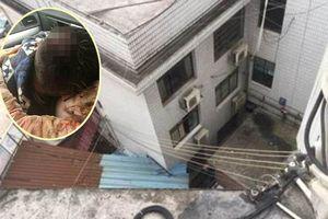 Cãi nhau với chồng, người phụ nữ nhẫn tâm ném con trai từ tầng 3 xuống đất