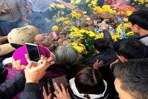 Hàng ngàn người kéo đến xem mẹ con 'rắn thần' xuất hiện trên mộ 'bà ăn mày'