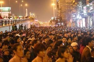 'Biển người' dự đại lễ cầu an, không phương tiện nào có thể di chuyển phía ngoài chùa Phúc Khánh