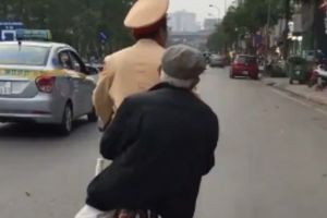 CSGT đạp xe chở cụ 88 tuổi bị lẫn về nhà gây 'sốt'
