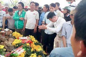Tìm phương án xử lý con rắn nằm trên mộ ở Quảng Bình