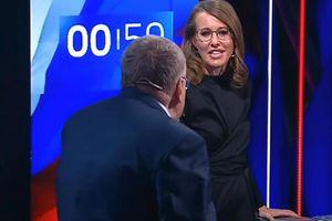 Ứng viên tổng thống Nga bị đối thủ hắt nước vào mặt trên truyền hình